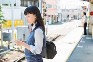 女子高生 通学 電車の写真素材 [FYI02570679]