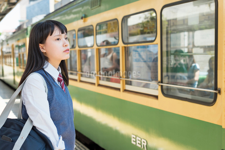 女子高生 通学 電車の写真素材 [FYI02570712]