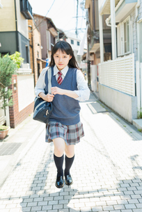 女子高生 登下校 玄関前の写真素材 [FYI02570753]