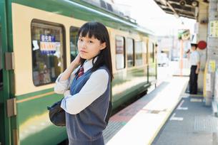 女子高生 通学 電車の写真素材 [FYI02570785]