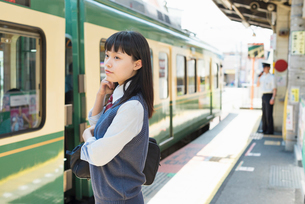 女子高生 通学 電車の写真素材 [FYI02570795]