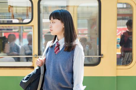 女子高生 通学 電車の写真素材 [FYI02570820]