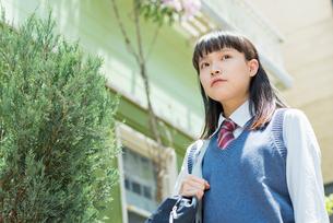 女子高生 登下校 玄関前の写真素材 [FYI02570848]