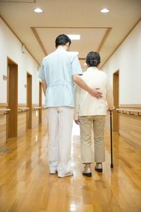PTと歩行訓練をする後ろ姿のシニア女性の写真素材 [FYI02570938]
