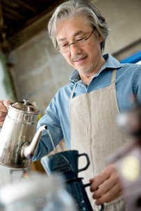 コーヒーを淹れるシニア男性の写真素材 [FYI02571150]