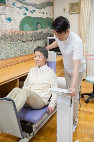 介護福祉士と機能訓練をするシニア女性の写真素材 [FYI02571195]
