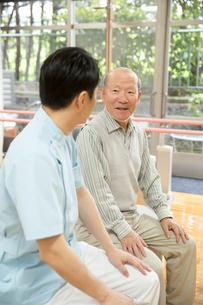 座りながら談笑するシニア男性とPTの写真素材 [FYI02571239]
