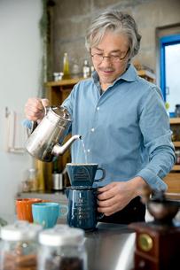 コーヒーを淹れるシニア男性の写真素材 [FYI02571267]