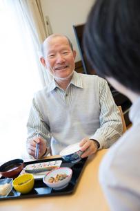 介護施設の朝食を食べるシニア男性の写真素材 [FYI02571602]