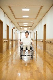 車椅子に座ったシニア女性の写真素材 [FYI02571684]