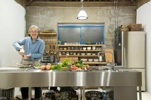 料理をするシニア男性の写真素材 [FYI02571702]