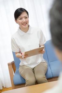 地域包括支援センターで応対する介護福祉士の写真素材 [FYI02571744]