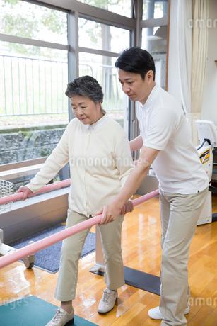 介護福祉士と機能訓練をするシニア女性の写真素材 [FYI02571751]