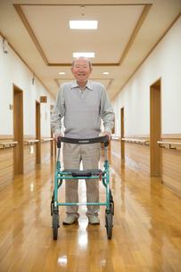 歩行器で歩くシニア男性の写真素材 [FYI02571801]