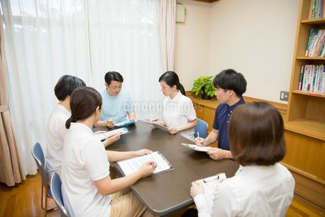 ミーティングする介護施設のスタッフたちの写真素材 [FYI02571804]