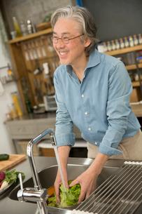野菜を洗うシニア男性の写真素材 [FYI02571949]