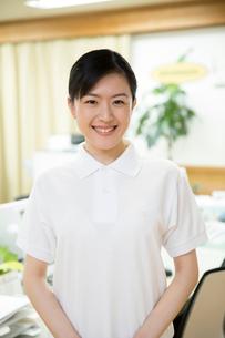 介護施設の受付で微笑む介護福祉士の写真素材 [FYI02572092]