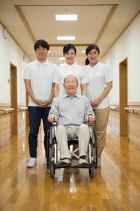 車椅子に座ったシニア男性と介護福祉士の写真素材 [FYI02572230]