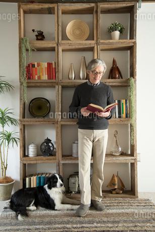 棚の前で愛犬と過ごすシニア男性の写真素材 [FYI02572330]