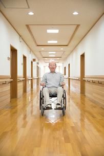 車椅子に座ったシニア男性の写真素材 [FYI02572463]