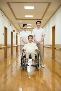 車椅子に座ったシニア男性と介護福祉士の写真素材 [FYI02572655]