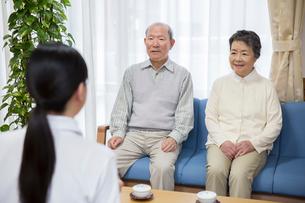 地域包括支援センターで介護福祉士に相談するシニア夫婦の写真素材 [FYI02572662]
