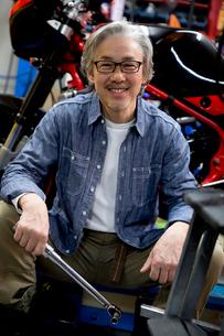 工具を持って微笑むシニア男性の写真素材 [FYI02572713]