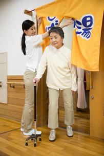 介護施設浴場から出る杖のシニア女性と介護福祉士の写真素材 [FYI02572971]