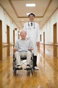 車椅子に座ったシニア男性と医者の写真素材 [FYI02572976]