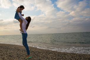 娘を抱き上げる母親の写真素材 [FYI02573100]