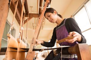 大島紬を織る女性の写真素材 [FYI02573123]