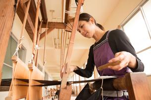 大島紬を織る女性の写真素材 [FYI02573175]