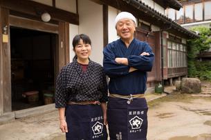笑顔の醤油造り職人夫婦の写真素材 [FYI02573178]