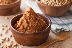 米味噌と大豆の写真素材 [FYI02578882]
