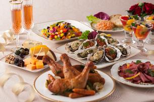 ローストチキンやチーズのパーティー料理の写真素材 [FYI02579128]