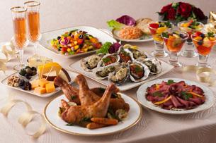ローストチキンやチーズのパーティー料理の写真素材 [FYI02579172]