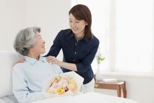 入院患者とお見舞いの女性の写真素材 [FYI02582864]