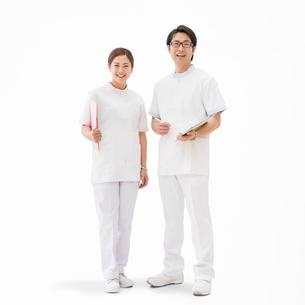 ファイルを持って立つ看護師の写真素材 [FYI02584349]