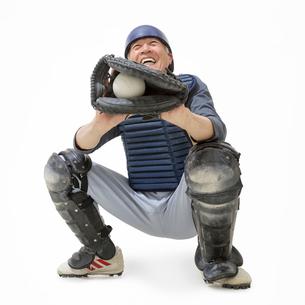 野球のキャッチャーをするシニア男性の写真素材 [FYI02584706]