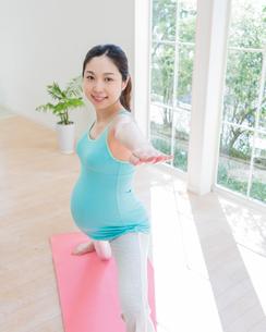 ヨガをする妊婦の写真素材 [FYI02584882]