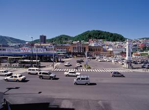 小樽駅と天狗山の写真素材 [FYI02587534]