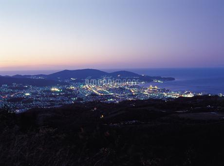 天狗山からの夜の小樽市街の写真素材 [FYI02587633]