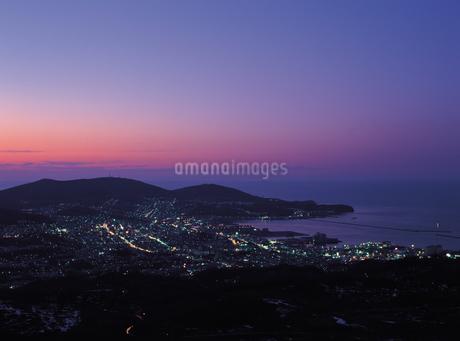 天狗山からの夜の小樽市街の写真素材 [FYI02587737]