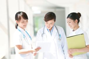 打合せをする女医と看護師の写真素材 [FYI02588955]