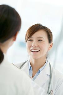 看護師と話をする女医の写真素材 [FYI02588965]