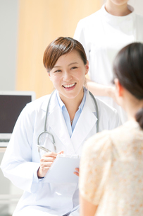 カウンセリングをする女医と患者の写真素材 [FYI02588967]