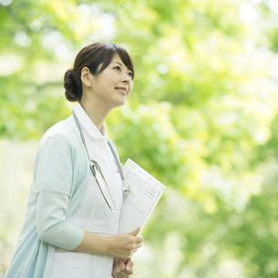 カルテを持ち微笑む看護師の写真素材 [FYI02589100]