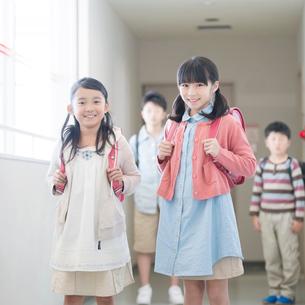 学校の廊下で微笑む小学生の写真素材 [FYI02589125]
