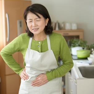 腹痛に悩むシニア女性の写真素材 [FYI02589286]