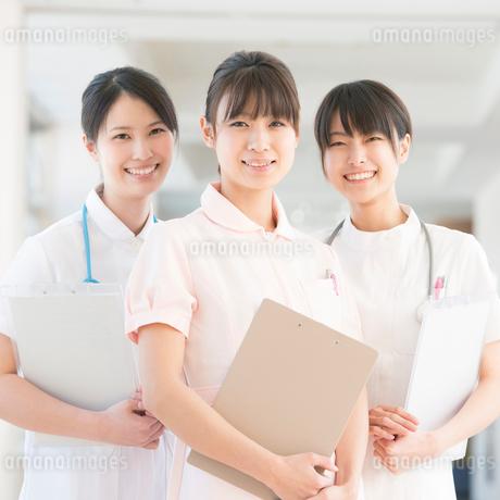 微笑む3人の看護師の写真素材 [FYI02589831]